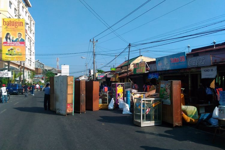Petugas PT Kereta Api Indonesia (KA) Daop VI Yogyakarta membongkar sejumlah kios di selatan Stasiun Tugu atau tepatnya di Jalan Pasar Kembang dibongkar  Rabu (5/7/2017).
