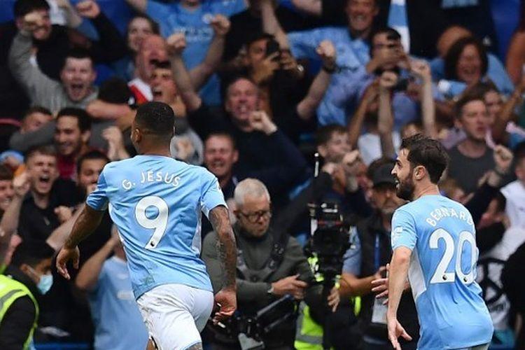 Penyerang Manchester City, Gabriel Jesus (kiri), merayakan gol dalam pertandingan Premier League antara Chelsea vs Man City di Stamford Bridge, London, Sabtu (25/9/2021).