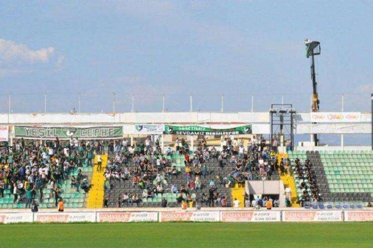 Dalam foto tersebut, Ali Demirkaya yang menumpangi crane menonton pertandingan Denizlispor pada akhir pekan lalu.