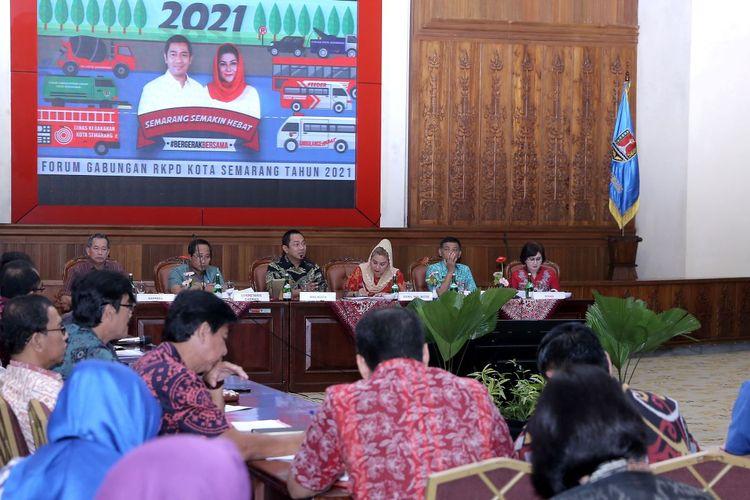Wali Kota Semarang Hendrar Prihadi bersama Wakil Wali Kota Hevearita G. Rahayu memberikan pengarahan saat acara Forum Gabungan Perangkat Daerah dalam rangka penyusunan RKPD Kota Semarang 2021 di ruang Lokakrida, Selasa (3/3/2020).