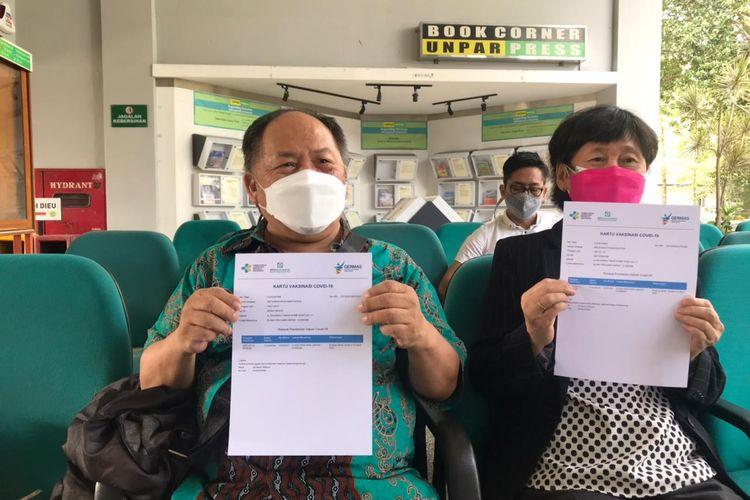Setiawan Benyamin Hasan (64 tahun) dan istrinya seusai menerima vaksinasi dosis pertama di Universitas Parahyangan (Unpar) Bandung, Sabtu (13/3/2021).