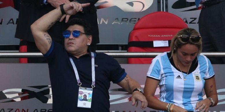 Legenda sepak bola dunia, Diego Maradona, tampak menonton di tribune VIP Kazan Arena bersama sang kekasih, Rocio Oliva, pada laga Perancis vs Argentina, 30 Juni 2018.