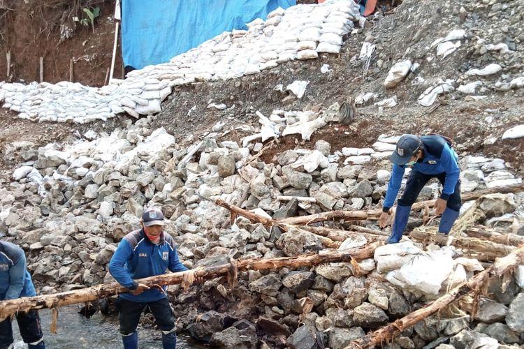 Penanganan turap longsor di Haji Sarin 1, Srengsenf Sawah, Jagakarsa, Jakarta Selatan pada Selasa (23/2/2021).