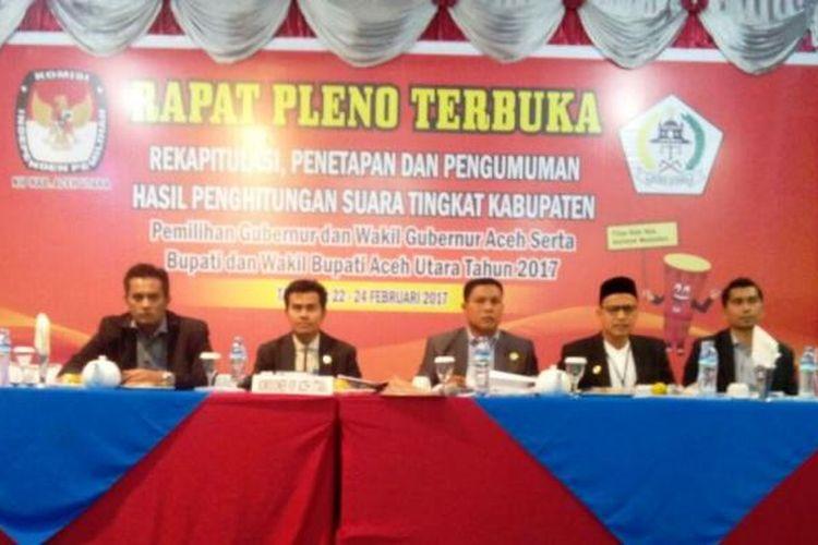 Lima komisioner KIP Aceh Utara, hadir pada acara rapat pleno terbuka rekapitulasi suara manual hasil pemilihan daerah di Hotel Lido Graha, Lhokseumawe, Rabu (22/2/2017)
