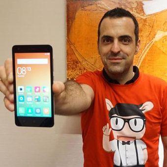 Hugo Barra, VP Global Xiaomi, menunjukkan Redmi 2 yang baru saja dirilis, Rabu (1/4/2015)
