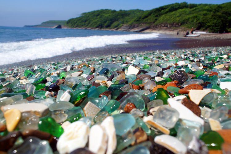 Pantai dengan batuan kaca di Vladivostok, Rusia