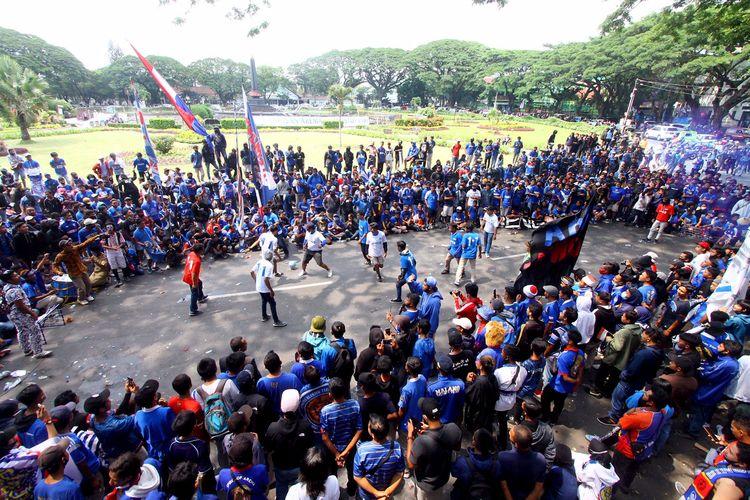 Aliansi Aremania Make Malang Great Again (MMGA) menutup aksi damai dengan sepakbola dijalan di Kantor Walikota Malang, Jawa Timur, Senin (16/11/2020) siang.