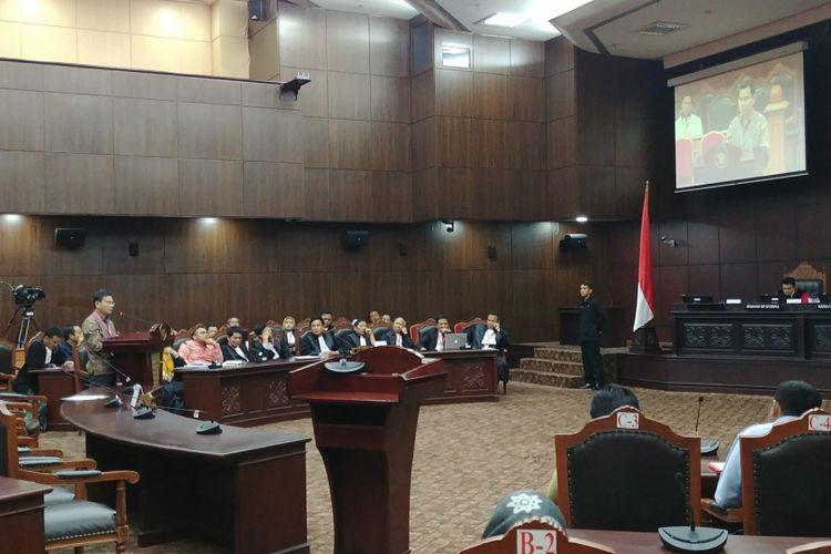 Direktur Eksekutif Saiful Mujani Research and Consulting (SMRC) Djayadi Hanan saat menjadi saksi ahli dalam sidang uji materi Undang-undang Nomor 17 Tahun 2017 tentang Pemilihan Umum, di Gedung MK, Jakarta, Selasa (14/11/2017).