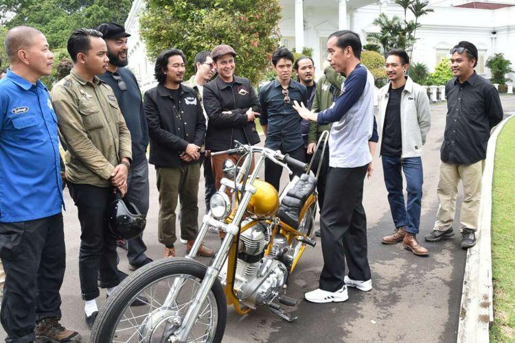 Presiden Joko Widodo menerima rombongan dari Elders Garage dan menerima motor chopper yang dibelinya, di Istana Bogor, Jawa Barat, Sabtu (20/1/2018). Joko Widodo, membeli sepeda motor modifikasi Chopperland yang telah ditaksir sejak pertama dilihatnya pada perayaan sumpah pemuda 28 Oktober 2017 lalu.