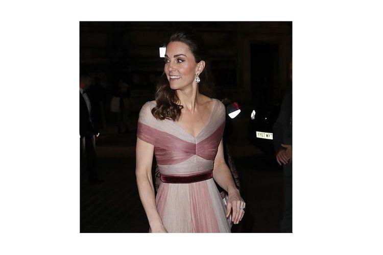 Kate Middleton kala mengenakan gaun Gucci dalam acara Gala Dinner yang digelar pada 14 Februari 2019.