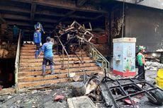 Petugas Bersihkan Sisa-sisa Kebakaran Pasar Minggu