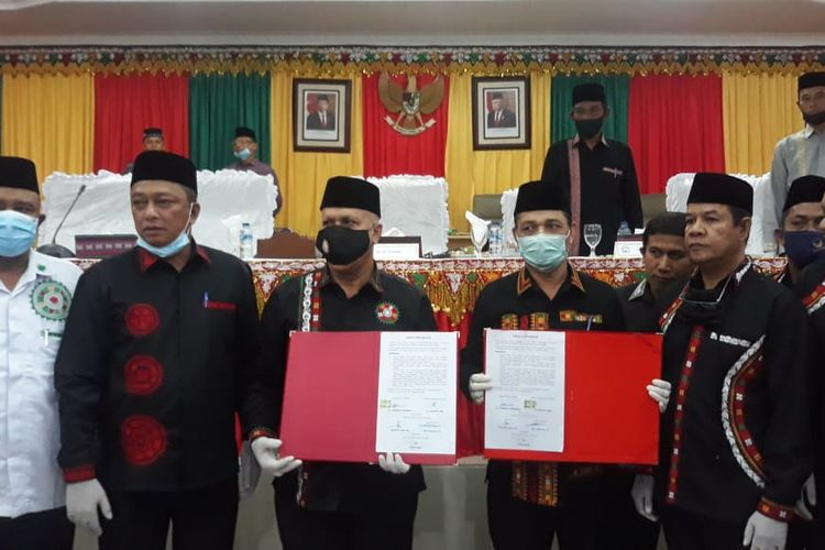 Pasangan Bupati dan Wakil Bupati Aceh Tengah, Shabela-Firdaus saat menunjukkan berkas penandantanganan ikrar perdamaian yang telah diteken oleh para pihak, Sabtu (11/7/2020).