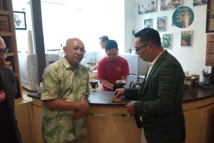 Menteri Koperasi dan Usaha Kecil dan Menengah Teten Masduki berkesempatan ngobi bareng Gubernur Jawa Barat Ridwan Kamil di Gedung Sate Kopi (Gesa Kopi), Jalan Diponegoro, Minggu (8/3/2020).