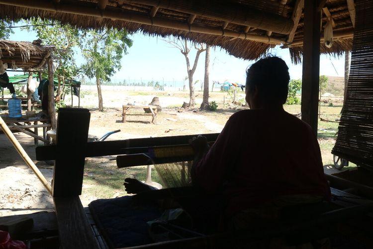 Rinayu salah satu warga Dusun Ebunut yang masih tinggal di lingkaran Sirkuit MotoGP Mandalika