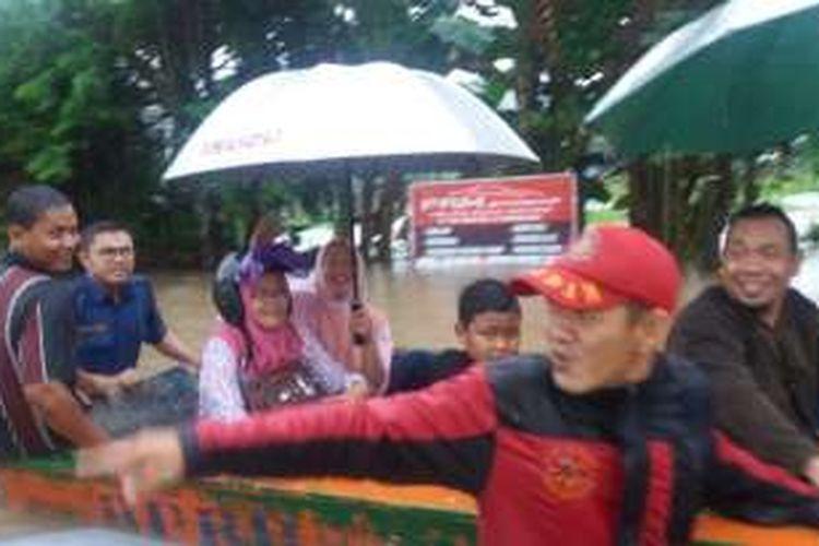 Evakuasi warga dibantu kepolisian di kawasan Sempaja karena air sudah setinggi dada orang dewasa