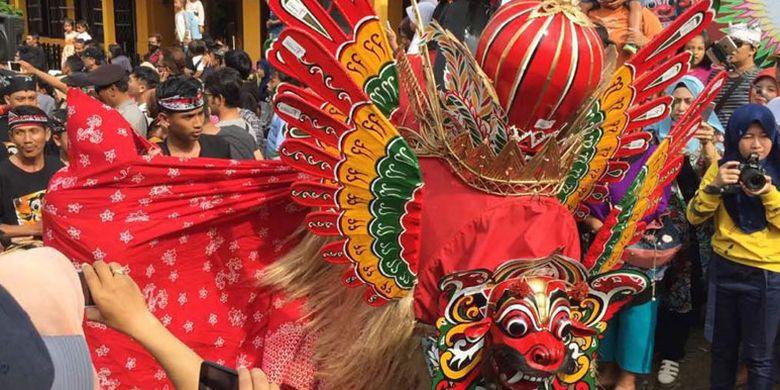 Arak-arakan parade Barong Ider Bumi di desa wisata Kemiren, Kabupaten Banyuwangi, Jawa Timur, Senin (26/6/2017). Acara tersebut dihadiri Menteri Pariwisata Arief Yahya bersama istri dan Bupati Banyuwangi Azwar Anas.
