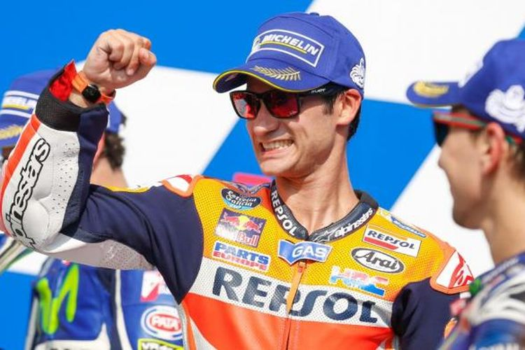 Pebalap Repsol Honda asal Spanyol, Dani Pedrosa, merayakan kemenangannya pada balapan GP San Marino di Sirkuit Misano, Minggu (11/9/2016).