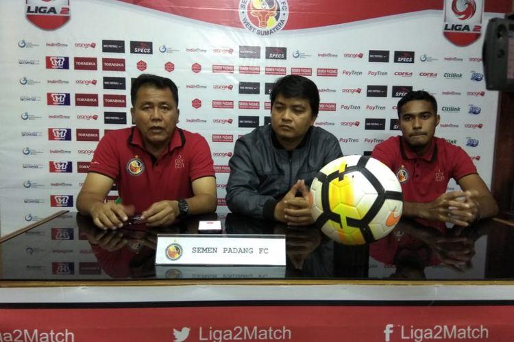 Tim Semen Padang memberikan keterangan pers.