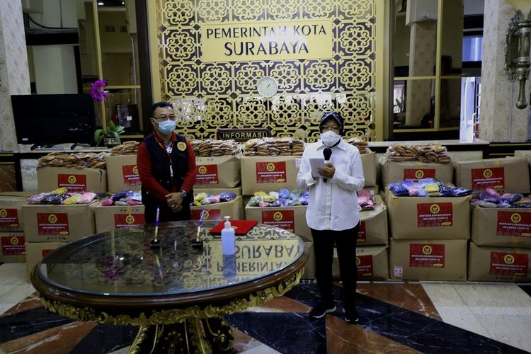 Wali Kota Surabaya Tri Rismaharini menerima bantuan berupa 120.000 masker non medis daei Badan Intelijen Negara (BIN) di Balai Kota Surabaya, Selasa (2/6/2020).