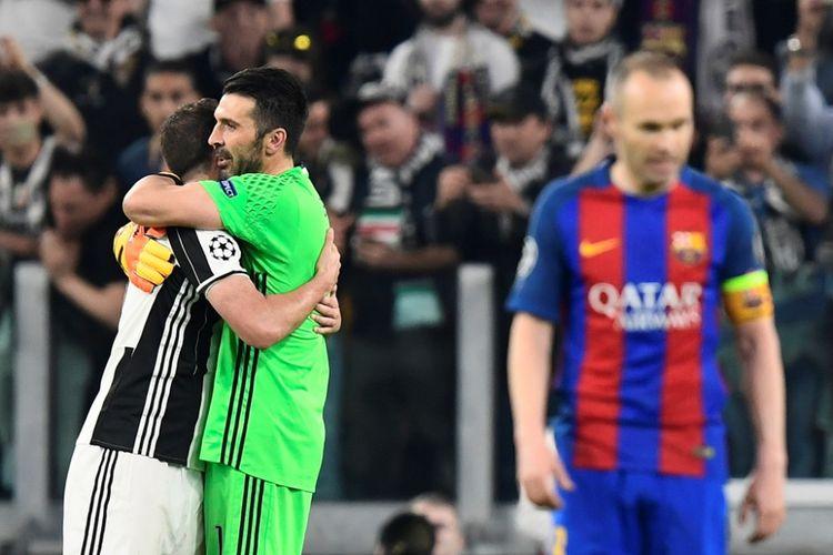 Gianluigi Buffon (hijau) merayakan kemenangan Juventus atas Barcelona pada partai pertama perempat final Liga Champions di Turin, Selasa (11/4/2017).