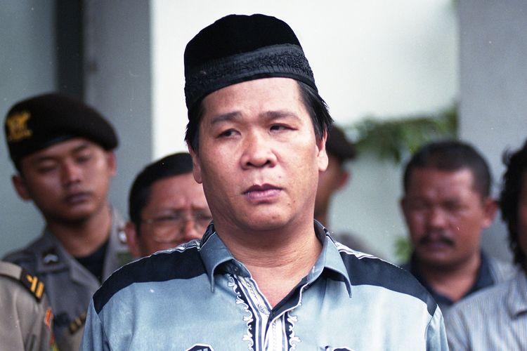 Mantan narapidana Tan Hok Liang atau dikenal Anton Medan menjadi pemimpin unjuk rasa di halaman Lembaga Pemasyarakatan (LP) Cipinang, Jakarta Timur, Sabtu (4/11/2000), pukul 11.00. Mereka menuntut terpidana Hutomo Mandala Putra alias Tommy Soeharto diperlakukan secara sama dengan narapidana dan tahanan lainnya.