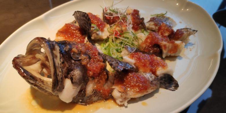 Steamed grouper with kaffir sambal sauce. Salah satu sajian andalah di Hakkasan Jakarta.