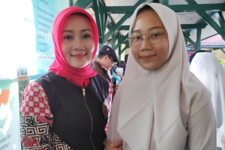 Istri Gubernur Jawa Barat Ridwan Kamil, Atalia Praratya saat mengantar anaknya Camillia Laetitia Azzahra mendaftar ke SMA Negeri 3 Bandung, Jalan Belitung, Senin (17/6/2019).