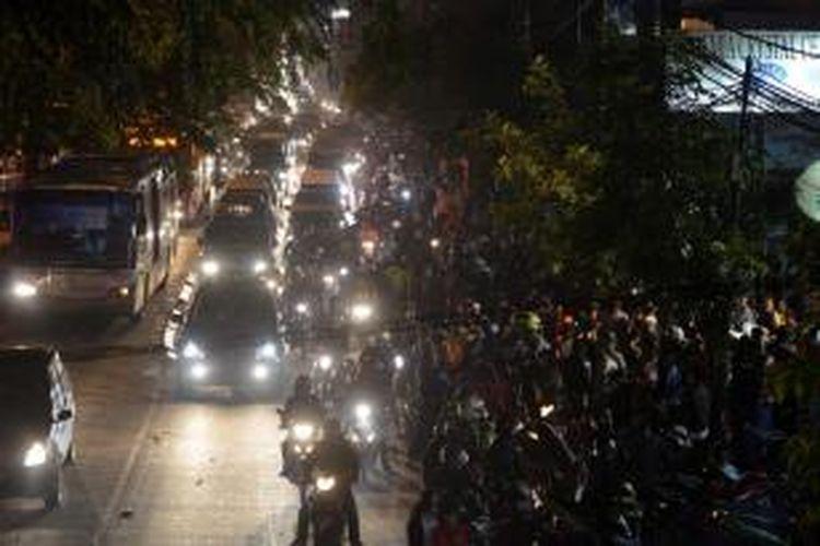 Kemacetan parah terjadi akibat kecelakaan beruntun di Jalan Sultan Iskandar Muda, Arteri Pondok Indah, Jakarta Selatan, Selasa (20/1/2015) malam. Kecelakaan yang melibatkan empat motor dan tiga mobil tersebut menewaskan empat orang. KOMPAS/HERU SRI KUMORO