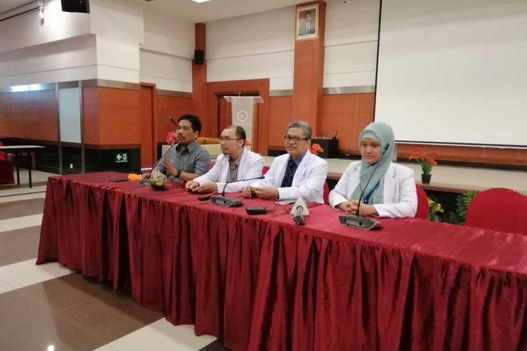 Tim Satgas Corona Rumah Sakit Universitas Airlangga saat menggelar jumpa pers di Surabaya, Senin (16/3/2020).
