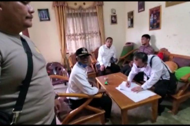 Proses penangkapan WP di rumahnya di Kecamatan Galang, Deli Serdang pada Rabu (25/11/2020). WP ditangkap karena memasang foto profil Facebook bergambar Megawati Soekarnoputri menggendong Presiden Joko Widodo.