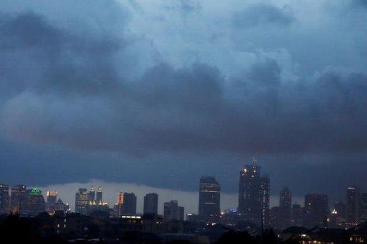 Awan gelap mengantung diatas langit Jakarta sore hari, Jakarta, Senin (4/2/2013). Potensi hujan masih cukup tinggi di Jakabodetabek.