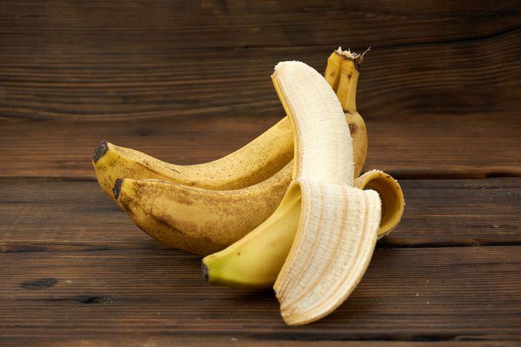 Ilustrasi kupasan pisang yang benar.