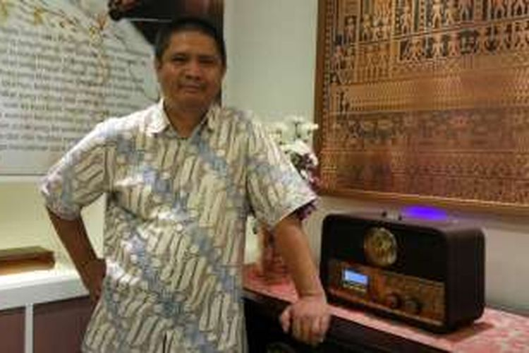 CEO Gloya, Abdul Sobur memperlihatkan produk buatannya. Sejak empat tahun lalu, ia mengerjakan suvenir kenegaraan Uni Emirat Arab di Bandung, Senin (29/8/2016).