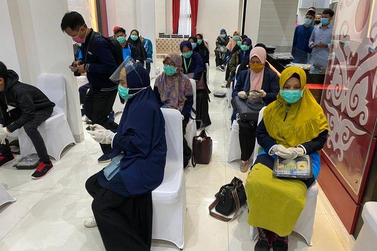 Sebanyak 74 kontingen Musabaqah Tilawatil Quran (MTQ) tiba di Bandara Internasional Supadio Pontianak, Kalimantan Barat (Kalbar). Mereka kembali setelah mengikuti MTQ tingkat nasional yang digelar di Padang, Sumatera Barat (Sumbar), Sabtu (21/11/2020) sore. 74 kontingen itu terdiri dari 43 orang peserta lomba serta 31 orang pelatih, pendamping dan official.