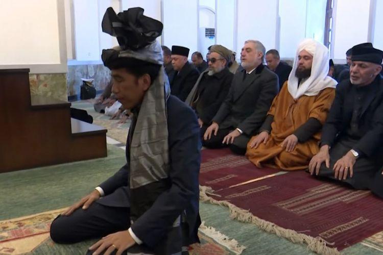 Presiden Joko Widodo menjadi imam shalat saat kunjungan ke Afghanistan, Senin (29/1/2018).