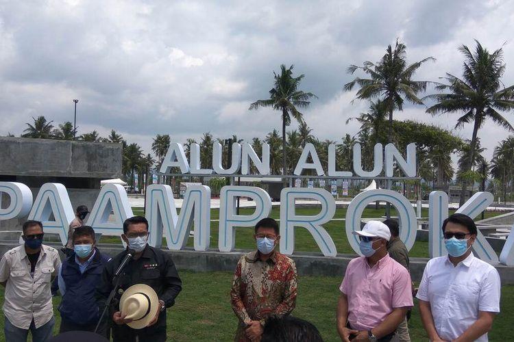 Gubernur Jawa Barat Ridwan Kamil mengadakan konferensi pers usai meninjau Alun-alun Paamprokan di Pamugaran, Kabupaten Pangandaran, Minggu (24/1/2021).