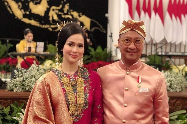 Istri Menteri Sosial Loemongga Haoemasan, terlihat mengenakan baju kurung bernuansa merah karya perancang Didiet Maulana, di Komplek Istana Jakarta, Sabtu (17/8/2019). (DOKUMENTASI DIDIET MAULANA)