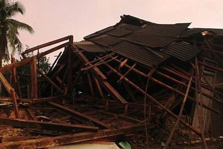 Kondisi bangunan madrasah di daerah Kecamatan Cibeber, Kabupaten Cianjur, Jawa Barat yang ambruk diterjang hujan lebat dan angin kencang, Rabu (12/2/2020) petang.