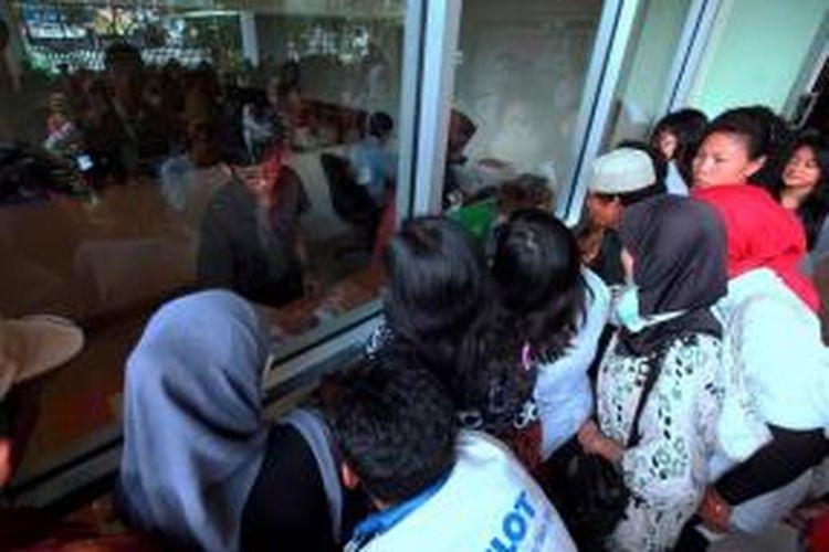 Antrean warga untuk mendapatkan obat di loket farmasi RSUD Tarakan, Jakarta Pusat, Selasa (18/12/2013). Pasca-penerapan Kartu Jakarta Sehat, ada 800 orang mendatangi rumah sakit ini untuk berobat. Jumlah itu meningkat 100 persen dibandingkan sebelum penerapan KJS.
