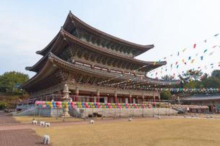 Kuil Buddha Yakcheonsa yang terkenal ini berada di Pulau Jeju, Korea Selatan.