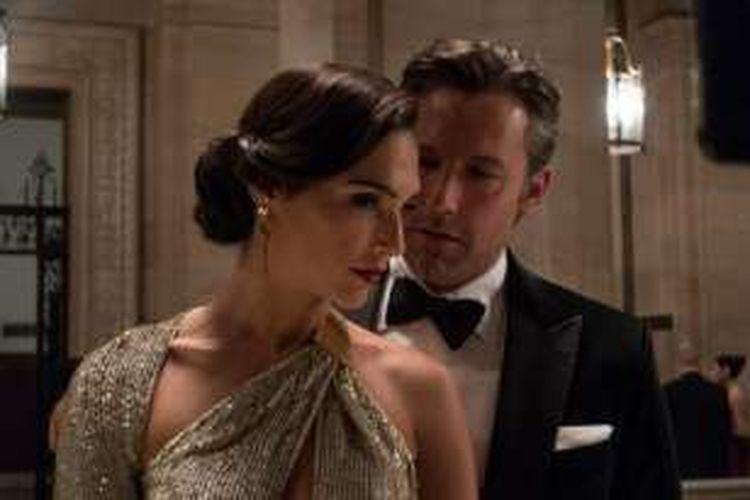 Aktris Gal Gadot berperan sebagai Diana Prince alias Wonder Woman dan Ben Affleck sebagai Bruce Wayne/Batman dalam salah satu adegan film