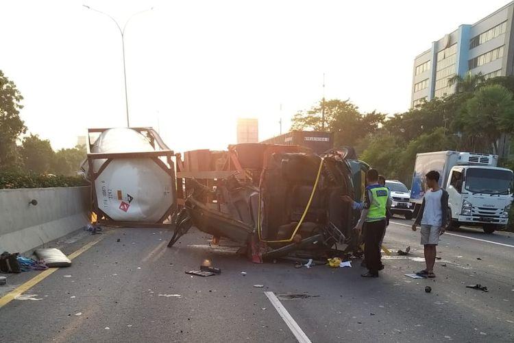 Truk tangki terguling di Tol Jakarta-Tangerang