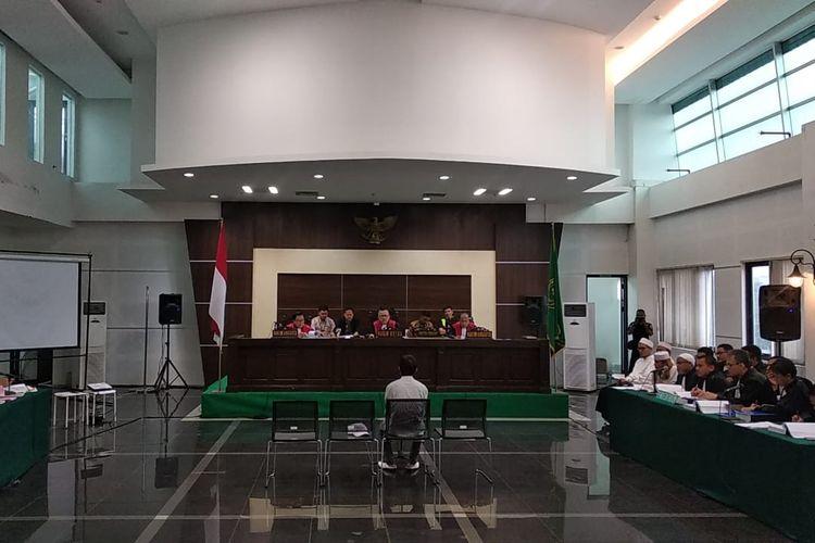 Dalam persidangan, saksi korban CAJ tengah menjelaskan perihal kronologis saat dirinya mengaku menjadi Bahar bin Smith di Bali.