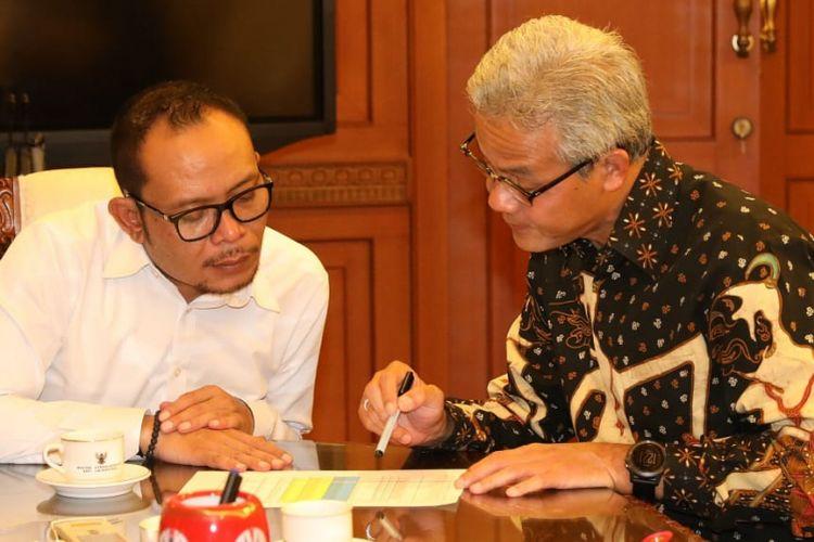 Gubernur Jawa Tengah Ganjar Pranowo menyerahkan dokumen masukan penetapan upah minimum kabupaten/kota (UMK) dari serikat buruh di Jawa Tengah kepada Menteri Ketenagakerjaan Hanif (Menaker) Dhakiri, Senin (19/11/2018) di Kantor Kemnaker.