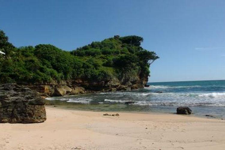Pemandangan pantai Ngitun yang masih terlihat sepi semakin menambah kesan damai dan menenangkan.