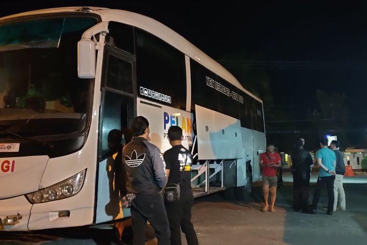 Satu unit bus Pelangi Jurusan Medan-Tasikmalaya pembawa 13 kilogram sabu milik F sekaligus bos PO Pelangi digeledah di Mako Polsek Rajapolah, Tasikmalaya, Rabu (16/9/2020).