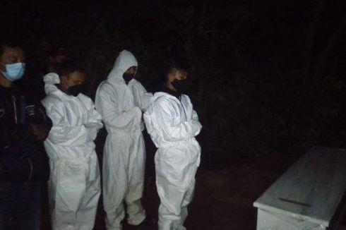 Malam Takbiran di Kuburan, Tanpa Lelah Pikul Jenazah Pasien Covid-19