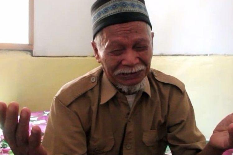 Solikin tampak berdoa sambil menangis setelah mendapat rumahnya yang baru hasil gotong royong pemda, TNI-Polri dan warga setempat di Mamuju Tengah.