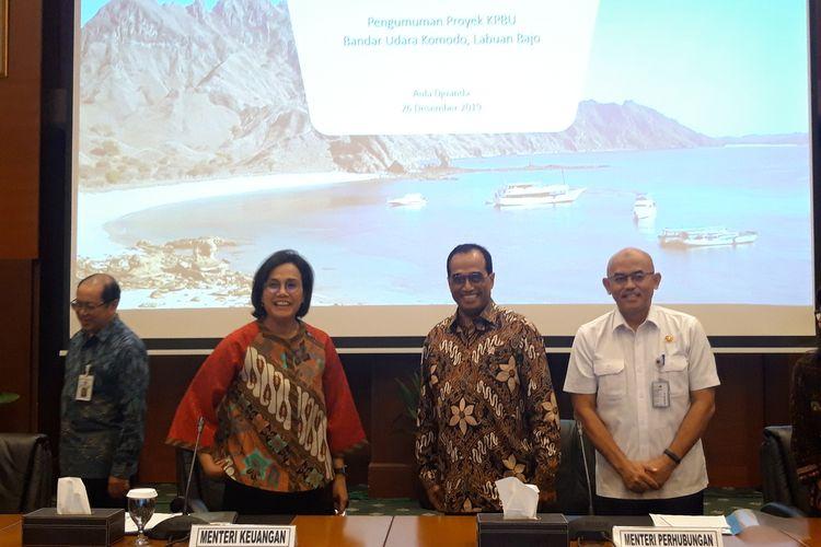Menteri Keuangan Sri Mulyani Indrawati dan Menteri Perhubungan Budi Karya Sumadi ketika mengumumkan konsorsium PT Cardig Aero Services Tbk dan Changi Airport Mana PTE LTD sebagai pengelola Bandara Komodo di Jakarta, Kamis (26/12/2019).