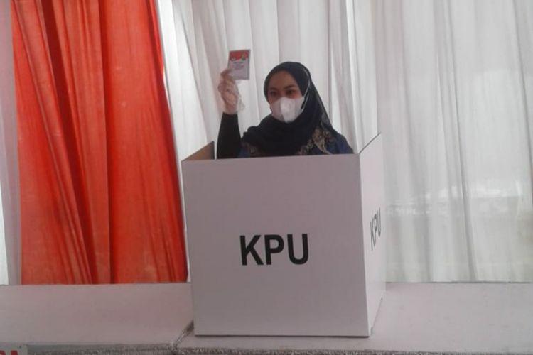 Calon Bupati Karawang Nomor Urut 2 Cellica Nurrachadiana saat mencoblos di TPS 27 Kelurahan Karawang Wetan, Kabupaten Karawang, Rabu (9/12/2020)